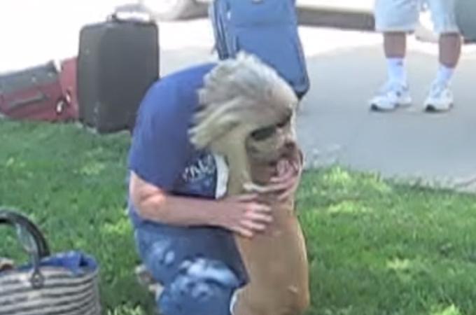 久々に飼い主さんと再会を果たし号泣する犬に思わずもらい泣き