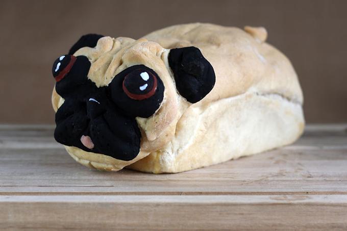 おでこのしわまでリアルなパグをモチーフにしたパンがなぜか残酷