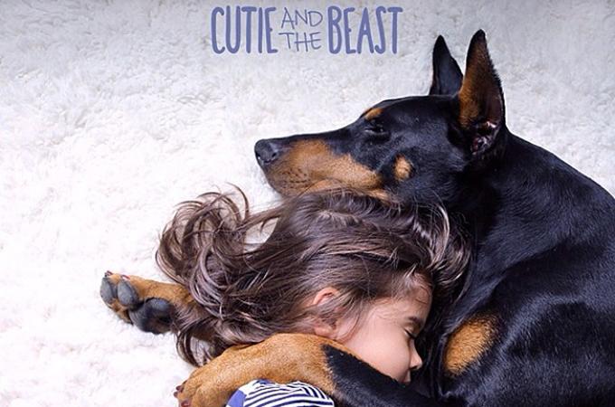 「美少女と野獣」少女とドーベルマンの強い絆を写した美しい姿