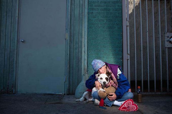 ホームレスと動物との友情に心温まる写真