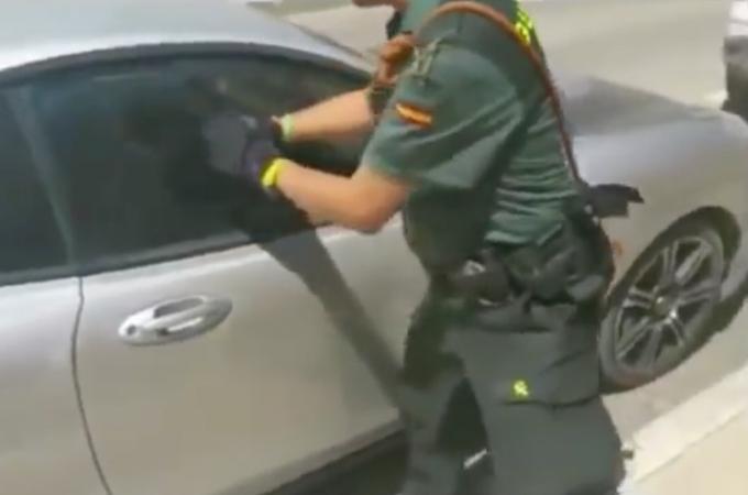 40℃を超える真夏日の車内に置き去りにされたピットブルを救出する警察官