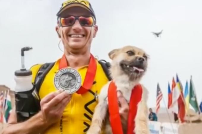砂漠の過酷なマラソンに迷い込みそのまま参加した野良犬。そのままランナーと並走し家族へとなる