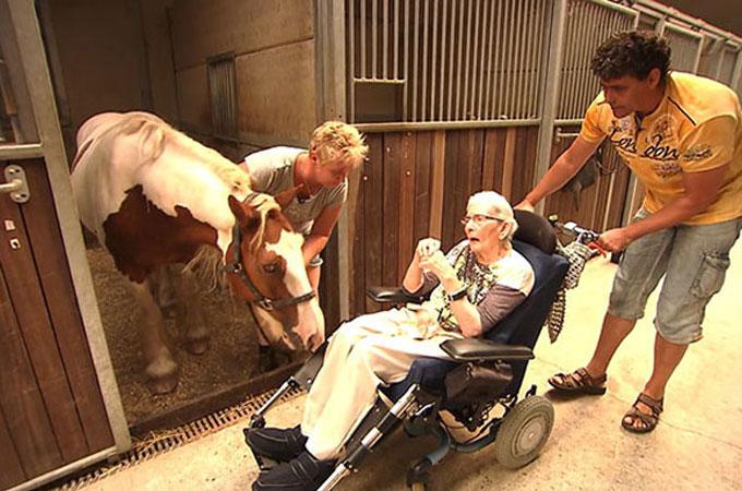 乗馬に人生を捧げた87歳の女性。最後の願いが叶い馬の背中で見せた笑顔