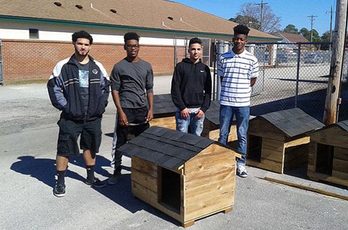 シェルター犬や野良猫に小屋を寄付する学生たちの素晴らしい活動が話題に