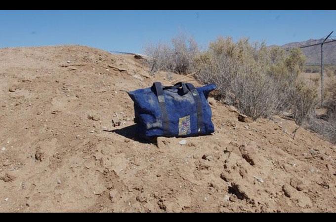 生きたままバッグに閉じ込められ砂漠に捨てられた1匹の犬