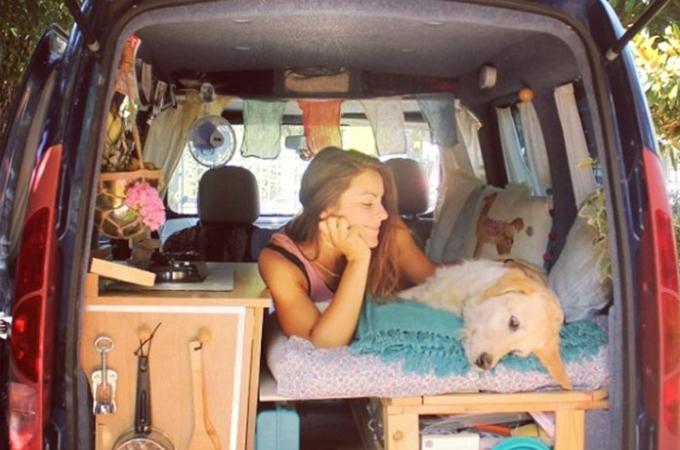 古いミニバンを改造して愛犬をともに世界中を旅する女性。