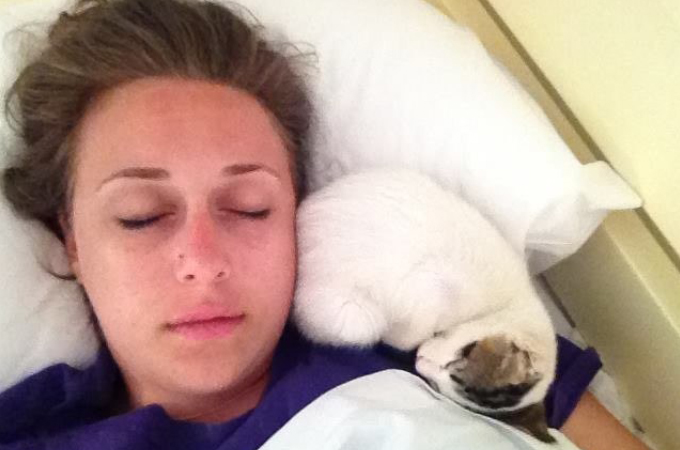 ホテルで暮らす猫のオーレリアが行う、ホテル利用者から好評の「あるサービス」とは!
