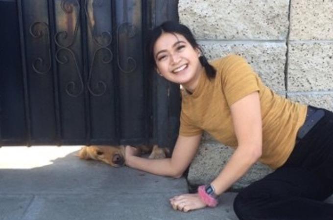 狭い隙間から毎日17歳の少女を待っているゴールデンレトリバー。その可愛らしさに触れ合い絆を深める