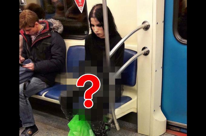地下鉄に乗っている飼い主とあるペットの以外な写真がSNSに投稿され、今も世界で拡散中。