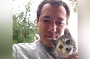 トウモロコシ畑で子猫と遭遇した男性。あまりの可愛さに悩んだ結果、家族となる。
