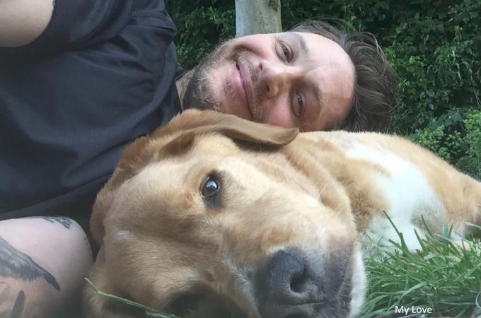 トム・ハーディが愛した愛犬が亡くなり、その追悼メッセージ動画を公開。世界中の人が涙する。