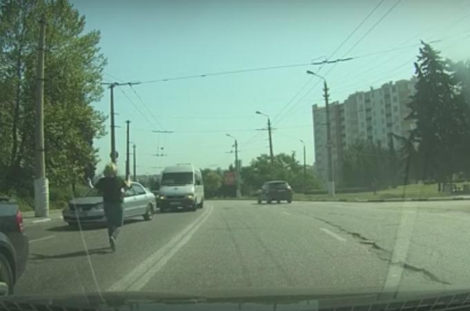 たくさんの車が行き交う中、道路に取り残された子猫を救うため道路に飛び出し救助に向かった女性。
