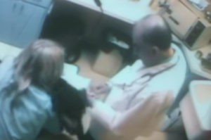 犬の治療中に犬を虐待していた獣医。その後、すぐに職場復帰をすることとなり住民が怒りのデモを起こす。