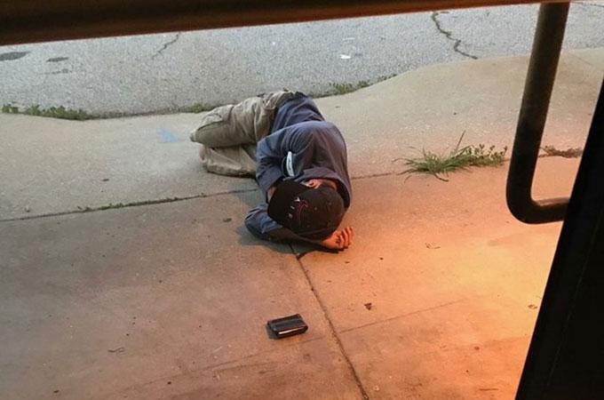 愛犬を探すため全財産を使い果たし、保護施設前で眠るホームレスの男性