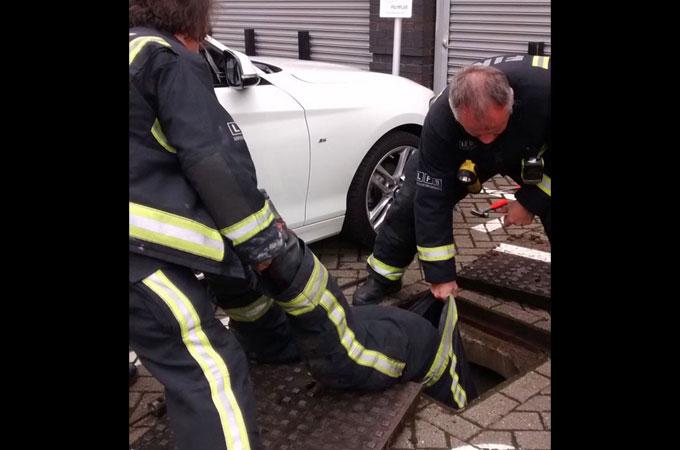 雨樋のパイプの中へ落ちてしまった子猫を消防隊員の機転を効かせた方法により無傷で救出