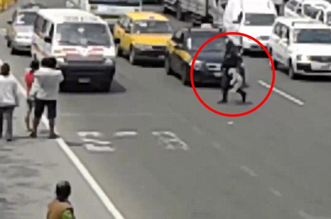 交通量の多い高速道路に迷い込んだ子犬を救うため、警察官が命がけで道を横断し救助する。