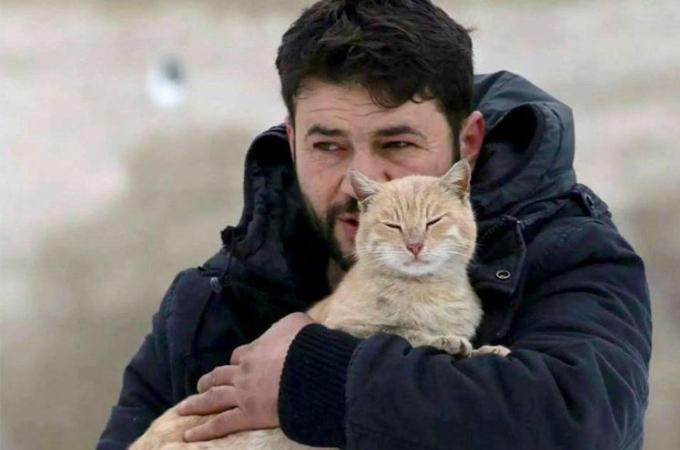 戦地で置き去りにされたペットを守り続ける男性。その姿がメディアに取り上げられ多くの人が心を打たれる。