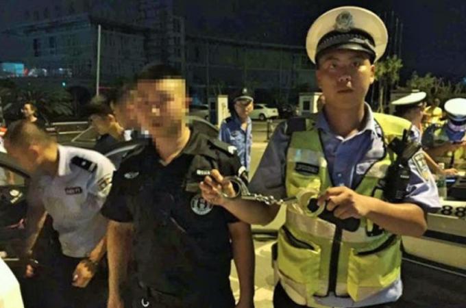 108匹の犬たちを救うため、警察官になりすました男性が逮捕される。