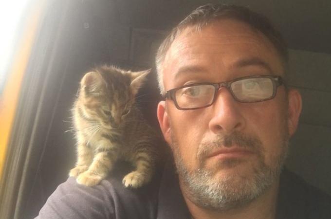 ダンボールに入れられゴミ処分場に捨てられていた子猫。衰弱した子猫を救ったトラックの運転手と家族になる。