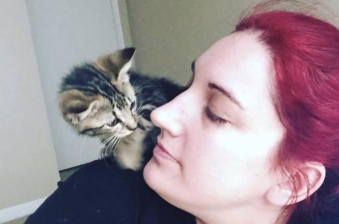 ガソリンスタンドで保護された生後間もない子猫。新しい家族も子猫と同じ辛い過去を持ち、互いに癒す存在に。
