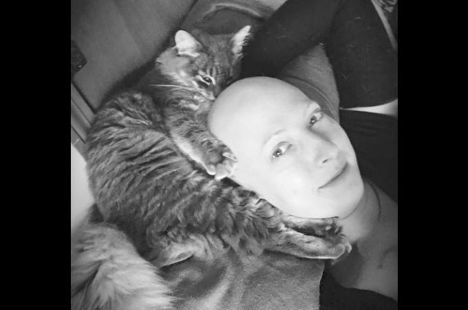 ガンの治療によって髪の毛を失った女性。その女性の心と体を支え続けた愛猫の存在とは。