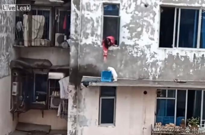 7階の窓の外で鳴いている猫。不憫に思った女性がイスを使って猫を救助する。