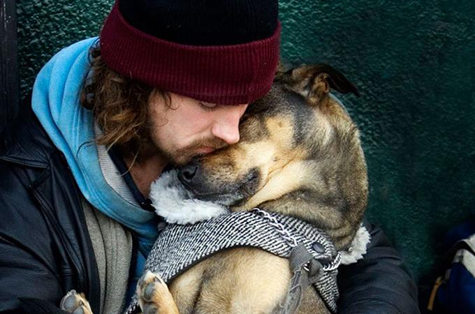 本当の愛を教えてくれるホームレスの飼い主と犬の深い絆の画像15選