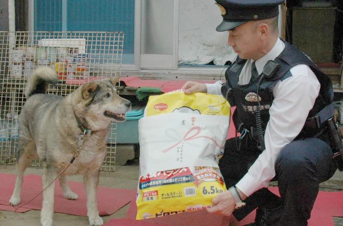 千葉北署に訪れた1匹の犬。「ご主人を助けて!」と警察官を引っ張り無事病院へ