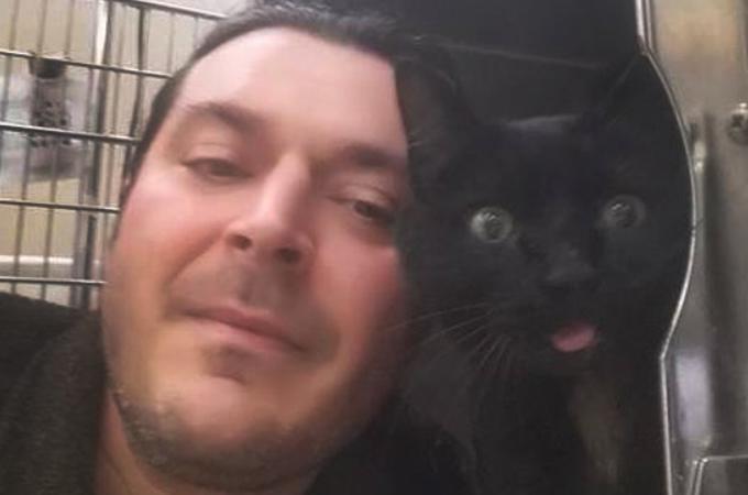 飼い主に捨てられ道路で瀕死の黒猫を1人のトラック運転手が救う