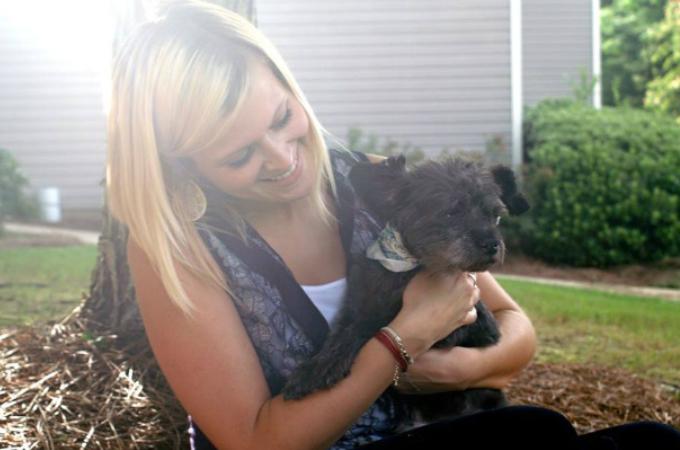 末期ガンの老犬を里親に迎えた女性。その死に向き合う勇気と深い愛情に感動
