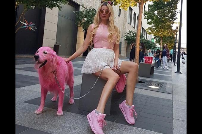モデル・歌手として活動している海外の女性がゴールデンレトリバーをピンクに染め炎上