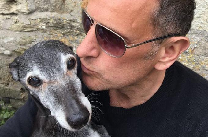 苦しむ愛犬のため安楽死を選択した男性が「最期の散歩」をするとSNSで投稿。そして驚きの光景に胸が熱くなる