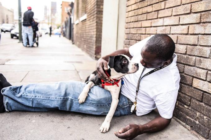 ホームレスだった男性と野良犬として生活していた1匹の犬の人生を大きく変えた出来事とは