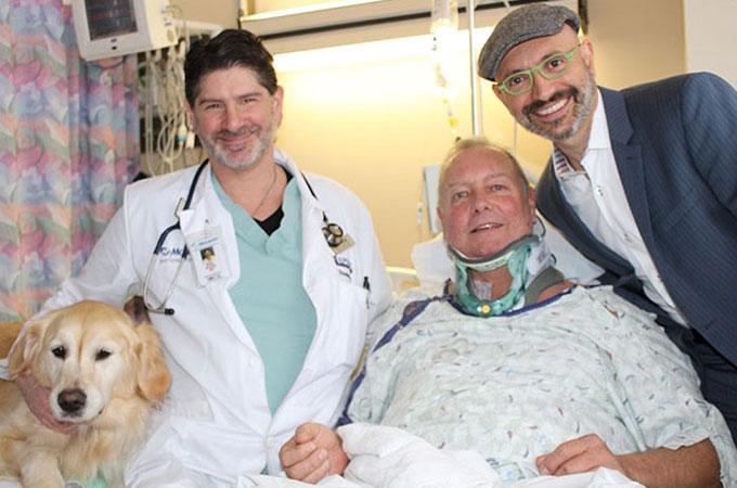 雪の中転倒した際に首を損傷し動けなくなった飼い主を20時間支え続けた愛犬