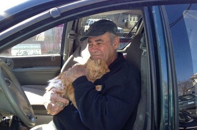 22年間、1日も欠かさずに野良猫たちのお世話をし続ける76歳の男性の姿に心あたたまる