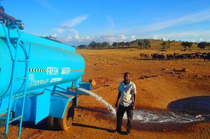 深刻な水不足のアフリカの野生動物たちのために毎日2時間かけ、1万リットルを運ぶ男性。そして起きた奇跡とは