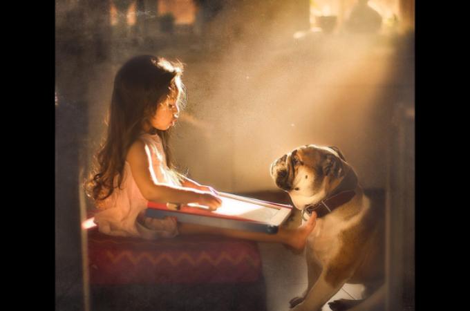 「ペットじゃなくて弟なの!」娘と愛犬の姿を撮るフォトグラファーの写真の温かみが尋常じゃない!