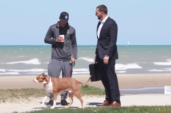 愛犬と散歩中の人たちに「犬を10万ドルで譲ってくれないか」と申し出る実験を行なった男性。その結果!