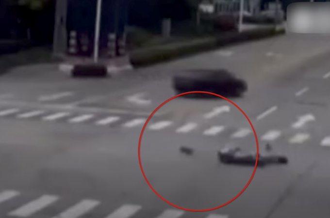 犬を乗せバイクを走行中の女性が車と接触し転倒。そして、車から投げ出された犬が向かった先とは!