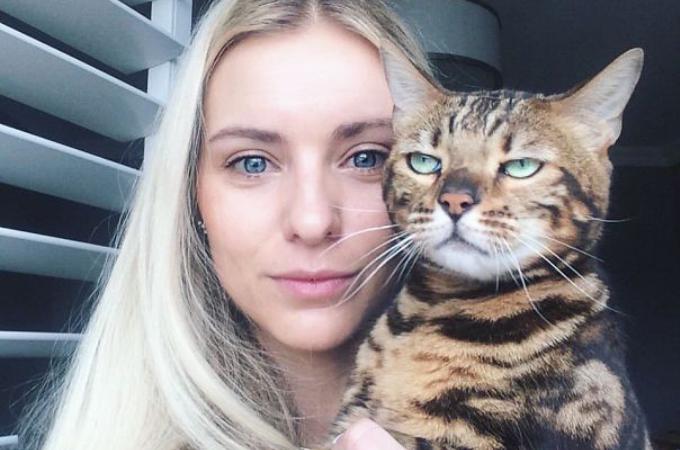 自撮りに巻き込まれ、あからさまに嫌な表情や仕草を見せる猫たちの画像20枚。