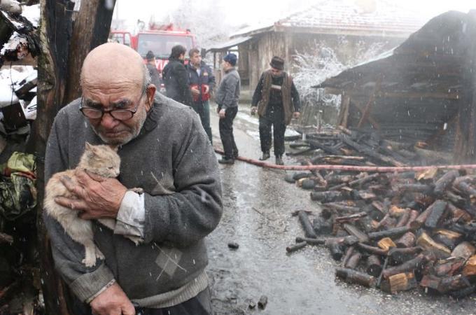 火事で家が全焼してしまったおじいちゃん。奇跡的に助かった猫を抱きかかえる写真がネットで広がり支援の輪が広がる。
