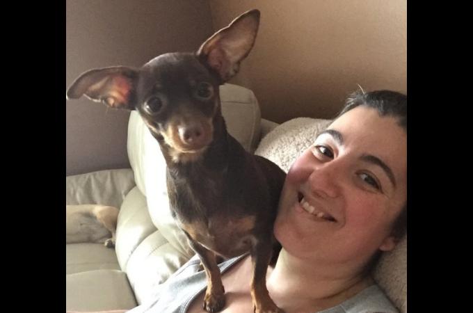 頭痛に襲われ身動きが取れない飼い主さんを思って愛犬がとった心優しい行動とは。